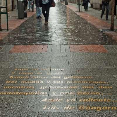 free tour madrid barrio de las letras - visita guiada barrio de las letras Inscripcion del suelo - ALT Tomas G Santis