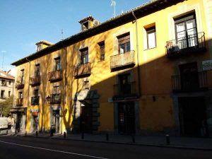 Casas a la malicia amarilla barrio de la latina madrid