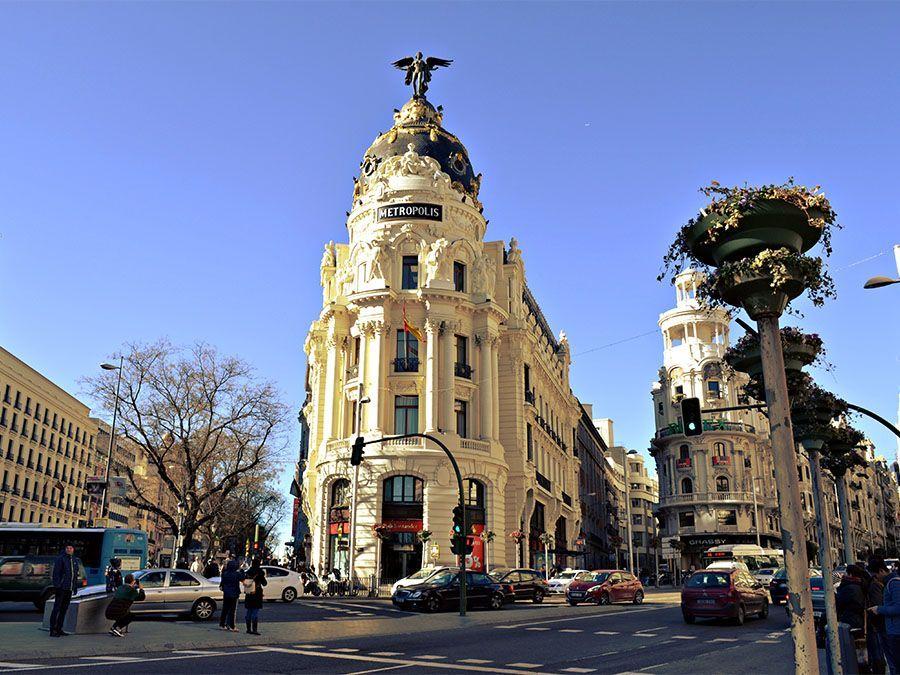 free walking tour Madrid of the Bourbons Leaf Madrid Edificio Metrópolis