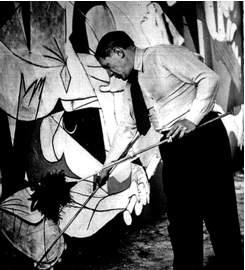 Pablo Ruiz Picasso pintando el Guernica.